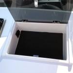 Låsbart stuvfack i styrkonsol (12V-uttag är tillval)